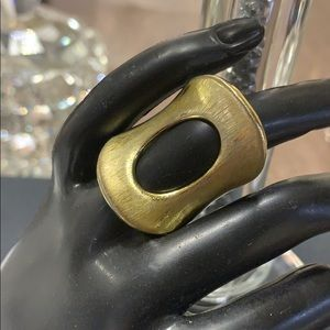 Jewelry - Stunning ring with hole in middle